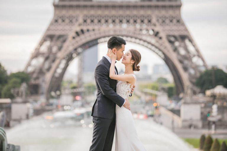 Eiffel Tower Paris Pre-wedding couple photo session