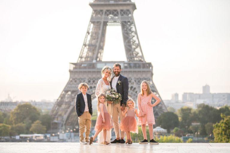 family weddding photo eiffel tower paris